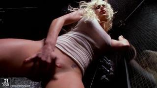 Stunning blonde Spencer Scott fingers wet minge
